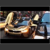 Wyj*bał im przednią szybę w złotym BMW i8! Zakorkowali ulicę dla zrobienia zdjęcia!