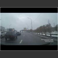 Żadne systemy nie pomogą jak się jest kretynem! Typ w BMW i jego popis ze świateł!