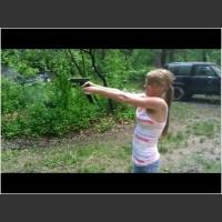 Żeby poparzyć sobie piersi podczas strzelania to trzeba być zdolnym! Ona wie jak to zrobić :D