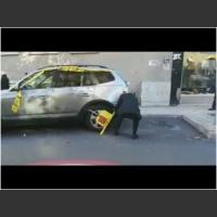 Ziomek w BMW ma wyj*bane na blokady strażników miejskich! Szybko sobie poradził!