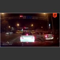 Z drogi leszcze! Szalony kierowca tramwaju wbija się na skrzyżowanie!
